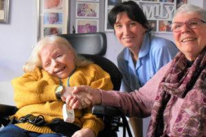 Volunteer-Meg-visits-her-Chantry-friends_imagslice1