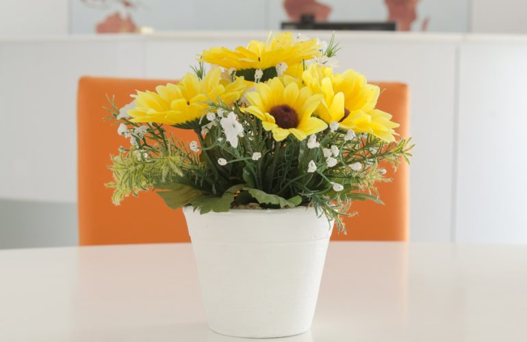Restaurant chain donates flowers to hospices